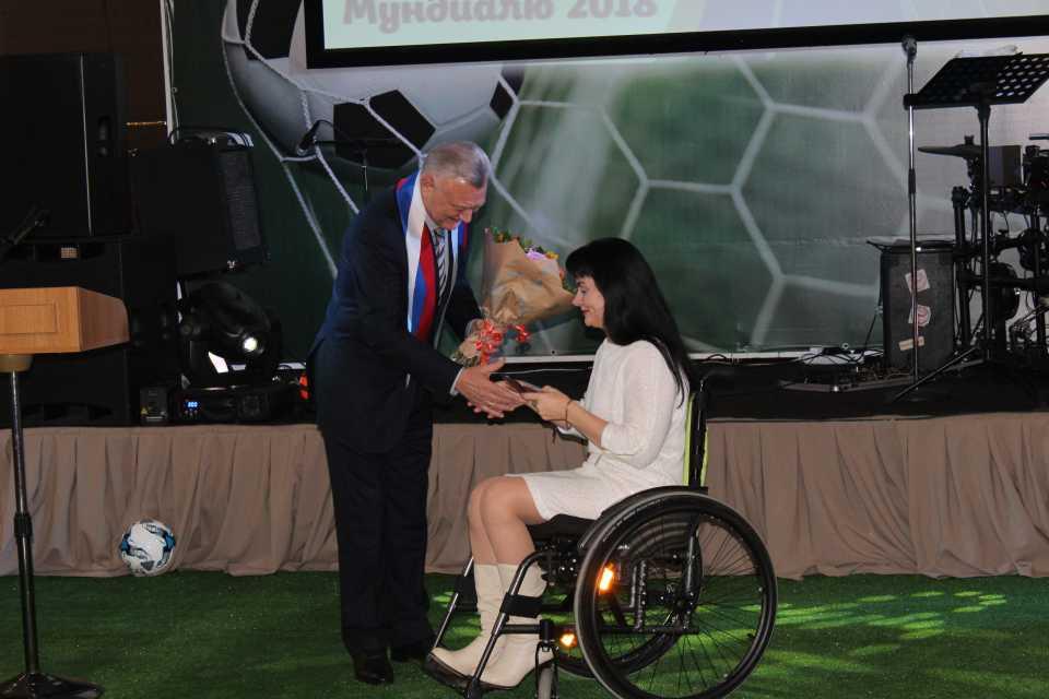 О.И.Ковалев награждает Марию Богачеву